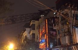 Cần cẩu bất ngờ đổ sập vào nhà dân trên đường Thụy Khuê