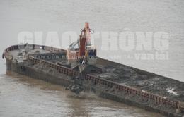 """Điều tra nguồn gốc bùn thải do tàu """"khủng"""" đổ xuống sông Hồng"""