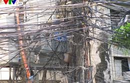 """Nguy cơ cháy nổ từ những """"tổ nhện"""" trên đường phố Hà Nội"""