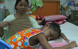Thương cô bé dân tộc Cơ Tu phải ngủ ngồi vì bệnh suy thận mạn