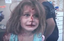 Em bé Syria khóc tìm cha sau trận không kích tại Talbiseh