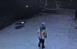 Em bé thoát chết kỳ diệu khi bị cuốn vào gầm ô tô