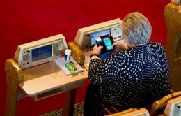Thủ tướng Na Uy chơi Pokemon Go giữa buổi họp Quốc hội