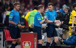 Trọng tài đột ngột hủy trận Leverkusen - Dortmund rồi rời sân bị chỉ trích nặng nề