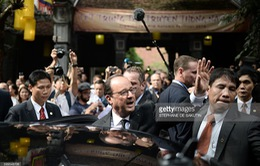 Tổng thống Pháp dạo phố cổ Hà Nội cùng giáo sư Ngô Bảo Châu