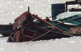 Va chạm với tàu biển, ghe chở thức ăn chìm xuống sông Hậu
