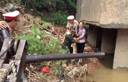 Cảnh sát giao thông Hà Nội cứu một phụ nữ nhảy cầu tự tử