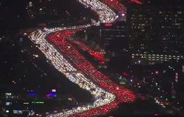 Hàng nghìn xe ô tô kẹt cứng trong dịp lễ mua sắm Black Friday