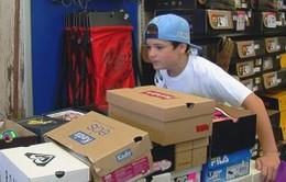 Cậu bé 10 tuổi làm từ thiện... 600 đôi giày