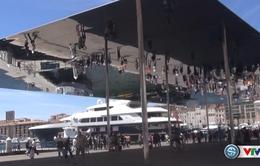 Tấm gương khổng lồ hút khách du lịch dịp Euro tại Marseille