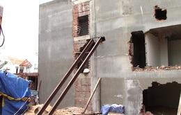 Bình Dương: Nhà 2 tầng đang hoàn thiện bất ngờ bị sụt lún