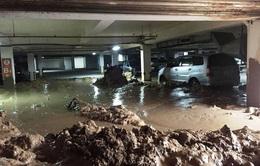 TP.HCM: Sập hầm chung cư, hàng chục xe máy bị bùn chôn vùi