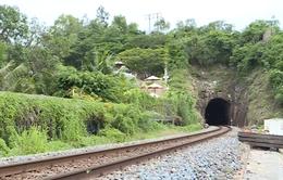 Cầu sập tại Khánh Hòa, học sinh phải chui hầm tàu đi học