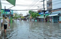 Mưa lớn, nhiều tuyến phố ở TP.HCM chìm trong biển nước
