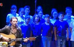 Ngôi sao nhạc nhẹ Pháp biểu diễn cùng dàn hợp xướng thiếu nhi Việt Nam