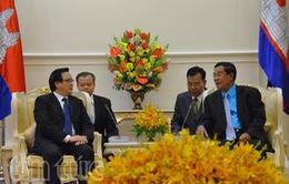 Lãnh đạo Campuchia tiếp thân mật đồng chí Hoàng Bình Quân