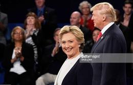 Bà Hillary Clinton duy trì khoảng cách an toàn với ông Donald Trump