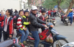 Hà Nội: Phổ biến tình trạng không đội mũ bảo hiểm cho trẻ em