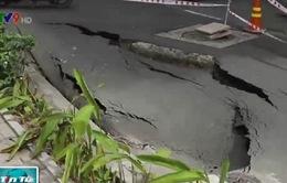 TP.HCM: Hố sụt lún trên đường Trường Sa tiếp tục sâu thêm