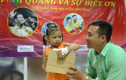 Xạ thủ Hoàng Xuân Vinh trao quà cho bệnh nhi nghèo