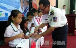 Tặng học bổng cho con em ngư dân và cảnh sát biển