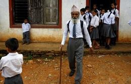 Cụ ông 68 tuổi chống gậy đi học lớp 10