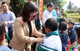 Quỹ Tấm lòng Việt - Đài THVN trao áo ấm cho trẻ em nghèo tỉnh Lào Cai
