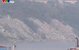 Phế thải xây dựng đổ tràn lan xuống sông Hồng