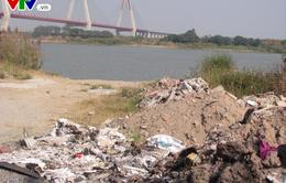 Hà Nội: Nhiều vi phạm đổ phế thải xuống sông Hồng tại phường Nhật Tân