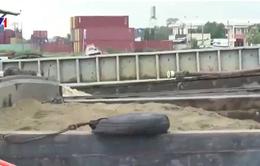 Bắt quả tang 2 sà lan hút cát trên sông Ngàn Sâu, Hà Tĩnh