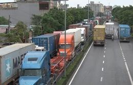 Hải Phòng: Ùn tắc nghiêm trọng đường ra cảng Đình Vũ sau bão số 1