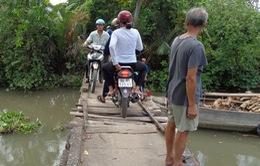 Người dân Vĩnh Long đối mặt nguy hiểm khi qua cầu Bún Bò