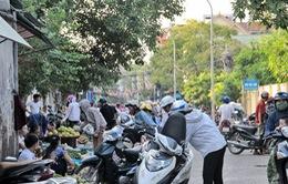 """Nghệ An: Người dân Vinh vô tư họp chợ dưới biển """"cấm họp chợ"""""""