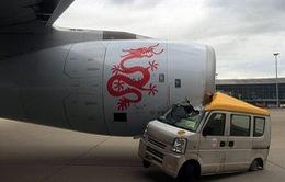 Tài xế xe tải mắc kẹt vào động cơ máy bay