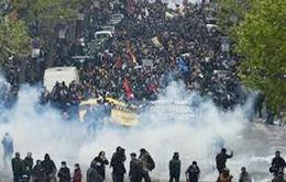 Người biểu tình ném pháo về phía lực lượng an ninh tại Pháp