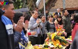 Khách thập phương đổ về đền Trần ngày khai ấn đầu năm
