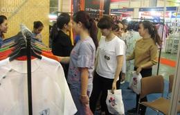 Người dân Hà Nội tấp nập mua sắm tại các hội chợ nhân dịp Giáng sinh