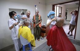 Vì sao nên cắt tóc trước khi điều trị hóa chất cho người mắc ung thư máu?