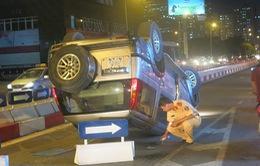 Hà Nội: Tông vào giải phân cách, ô tô lật ngửa giữa đường