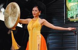 Mặc áo tứ thân, Nguyễn Thị Loan tự tin tỏa sáng trước bạn bè quốc tế
