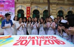 Học sinh trường THPT Việt Đức làm 1.000 chiếc bánh tặng thầy cô