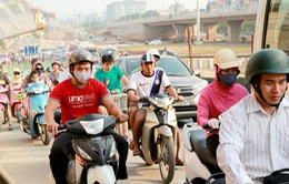 Khói bụi, ô nhiễm và nắng nóng bủa vây người đi đường
