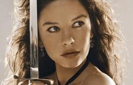 Mỹ nhân Catherine Zeta-Jones tố cáo Hollywood bạc tình, chạy theo... gái trẻ