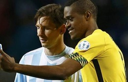 Cầu thủ Jamaica chụp ảnh tự sướng với Messi