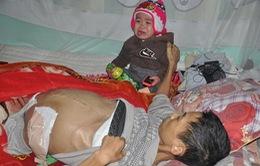 3 đứa trẻ thơ khóc ngặt đói ăn bên người bố bị ung thư sắp chết