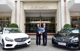 Mercedes-Benz Việt Nam bàn giao xe E-Class cho khách sạn Rex