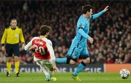 Giận giữ sau tình huống Flamini phạm lỗi, CĐV nổi tiếng của Arsenal ném thẳng điều khiển vào màn hình vô tuyến