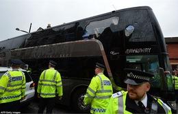 Xe buýt chở Man United bị tấn công