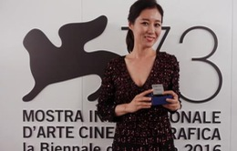 Đến Venice làm giám khảo, Moon So Ri 'tiện tay' ẵm luôn giải thưởng