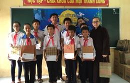 BTC Vinh quang Việt Nam trao quà Trung thu và năm học mới cho các em học sinh